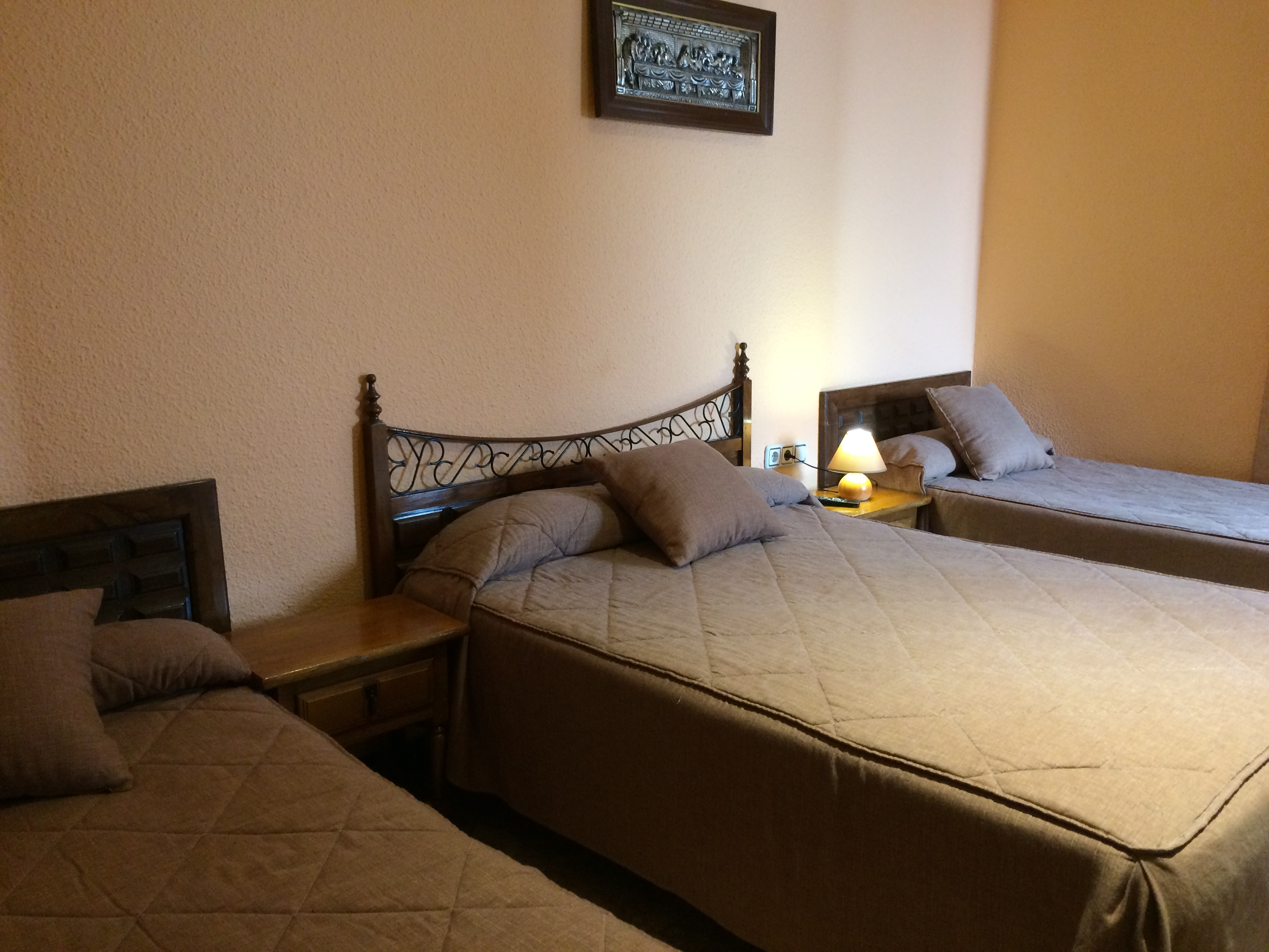 Habitaci n cu druple 3 camas con ba o completo hostal for Habitacion 3 camas